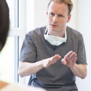 Prof. Dr. Dr. Walter in einer Beratung - medi+ in Mainz