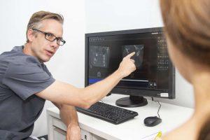 Dr. von Haussen bei einer Beratung - medi+ in Mainz